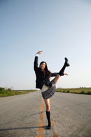 道路の真ん中で踊る女子高校生