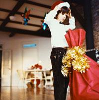 プレゼントの袋とサンタ姿のハーフの男の子