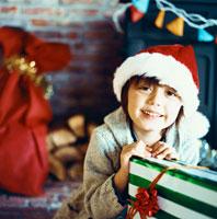 サンタ帽子をかぶる笑顔のハーフの男の子