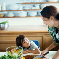 サラダを作る母とハーフの男の子