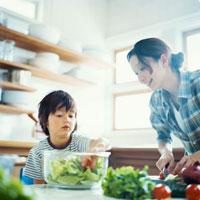 サラダを作るハーフの男の子と母