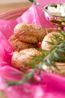 ベーグルとクリームチーズとローズマリー 30032000128| 写真素材・ストックフォト・画像・イラスト素材|アマナイメージズ