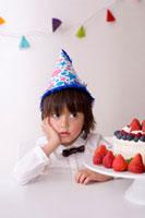 帽子をかぶったハーフの男の子とケーキ