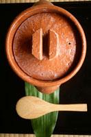 土鍋としゃもじ 30032000215A| 写真素材・ストックフォト・画像・イラスト素材|アマナイメージズ