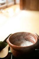 土鍋に入ったごはん 30032000219| 写真素材・ストックフォト・画像・イラスト素材|アマナイメージズ