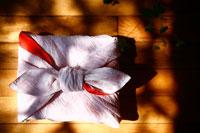 紅白の風呂敷包み