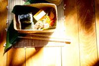竹の弁当箱に入ったお弁当