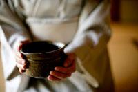 お抹茶と和服の女性