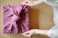 風呂敷包みと和服の女性の手元