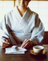 日本茶と和菓子をいただく和服の女性 30032000336| 写真素材・ストックフォト・画像・イラスト素材|アマナイメージズ