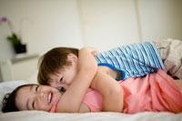 ベッドでくつろぐ男の赤ちゃんと女の子 30032000441| 写真素材・ストックフォト・画像・イラスト素材|アマナイメージズ