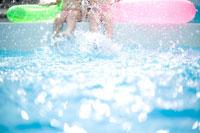 バタ足をする女の子達 30032000642| 写真素材・ストックフォト・画像・イラスト素材|アマナイメージズ