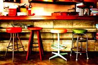 スツールの並ぶカウンター 30033000033| 写真素材・ストックフォト・画像・イラスト素材|アマナイメージズ