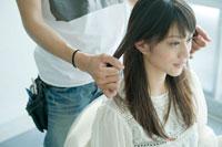 美容師に髪をセットしてもらう20代日本人女性 30034000109| 写真素材・ストックフォト・画像・イラスト素材|アマナイメージズ