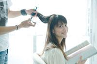 美容師に髪をカットしてもらう20代日本人女性 30034000111| 写真素材・ストックフォト・画像・イラスト素材|アマナイメージズ