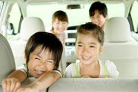 車の中で笑う日本人家族