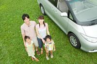 車のそばで笑う日本人家族のポートレイト