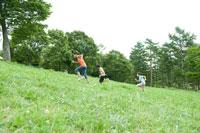 草原を走る少年達