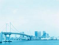 東京湾から見たレインボーブリッジとビル郡