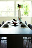 ダイニングテーブルと女性のシルエット