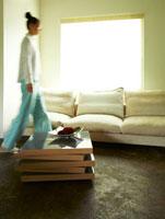 リビングのソファと女性のシルエット