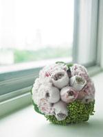 窓際に置いたブーケ 30036000105| 写真素材・ストックフォト・画像・イラスト素材|アマナイメージズ