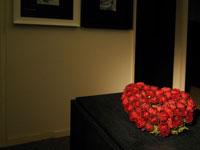 室内に飾られたハートのバラ