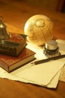 地球儀と本とインクとペン