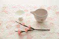 酒器と桜 30036000191| 写真素材・ストックフォト・画像・イラスト素材|アマナイメージズ