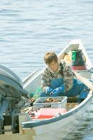 獲ったウニのサイズを測る漁師