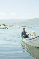 漁から港にもどる漁師 30037000063| 写真素材・ストックフォト・画像・イラスト素材|アマナイメージズ