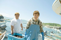 獲ったウニを運ぶ漁師達