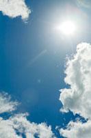 太陽と空と雲 30037000085A| 写真素材・ストックフォト・画像・イラスト素材|アマナイメージズ