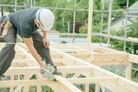 住宅建築現場で働く大工