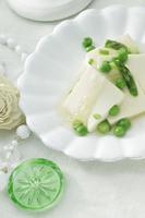 グリーンのアスパラガスとグリーンピースのあんかけ豆腐