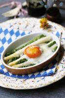 卵をのせたホワイトとグリーンのアスパラガス