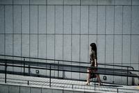 スロープを歩く女性