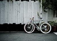 街中に置かれた自転車 31017000018| 写真素材・ストックフォト・画像・イラスト素材|アマナイメージズ