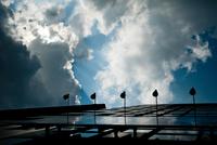空と雲とビル 31017000035  写真素材・ストックフォト・画像・イラスト素材 アマナイメージズ