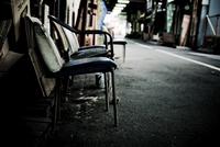 道に置かれた椅子 31017000081| 写真素材・ストックフォト・画像・イラスト素材|アマナイメージズ