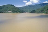 上流のダム:台風後(貯水率70%) 32053000127  写真素材・ストックフォト・画像・イラスト素材 アマナイメージズ