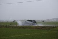 雨の日(梅雨、水しぶきを上げて走る車)