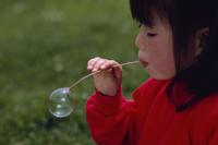 タンポポの花茎でシャボン玉を作る