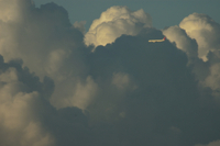 雄大積雲と旅客機