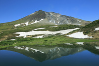 大雪山の鏡池の残雪と旭岳