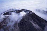煙を吐く活火山のアバチャ火山 32157000415| 写真素材・ストックフォト・画像・イラスト素材|アマナイメージズ