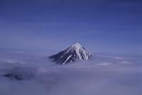 雲の上に山頂を覗かせたコリャーク火山