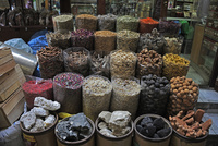 ドバイのスパイス・スーク(香料市場)に並ぶカラフルな香辛料