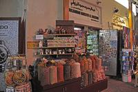 ドバイのスパイス・スーク(香料市場)のアーケードに立ち並ぶ店