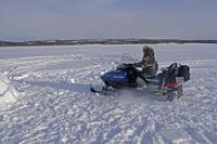 イヌイットの氷(雪)の家 イグルーとスノーモービル 32157000476| 写真素材・ストックフォト・画像・イラスト素材|アマナイメージズ